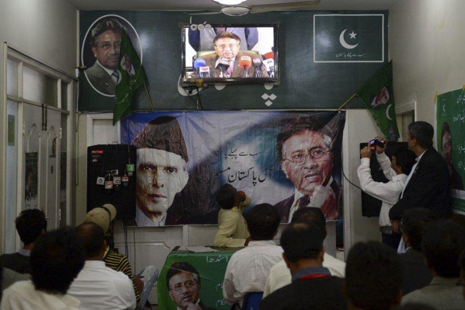 Des activistes regardent l'ex-général Musharraf annoncer son retour... (PHOTO RIZWAN TABASSUM, AFP)