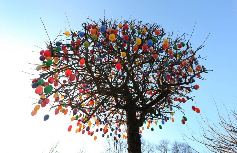 Un arbre décoré d'oeufs de Pâques à Garmisch-Partenkirchen, en Allemagne. | 1 mars 2013