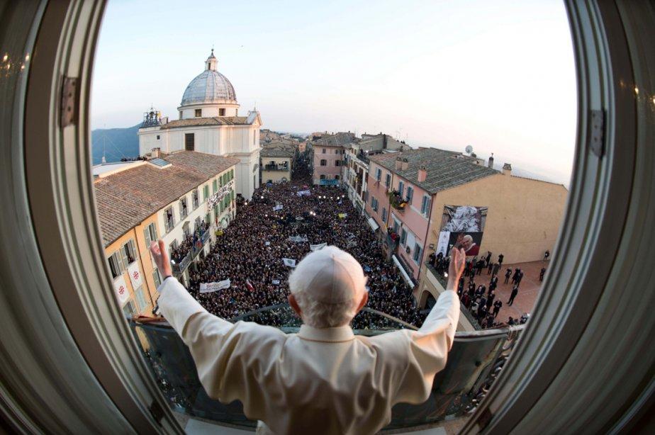 L'ex-pape Benoît XVI bénit un e dernière fois ses fidèles du balcon de Castel Gandolfo, la résidence d'été du souverain pontife, avant d'abandonner définitivement le pontificat. | 1 mars 2013