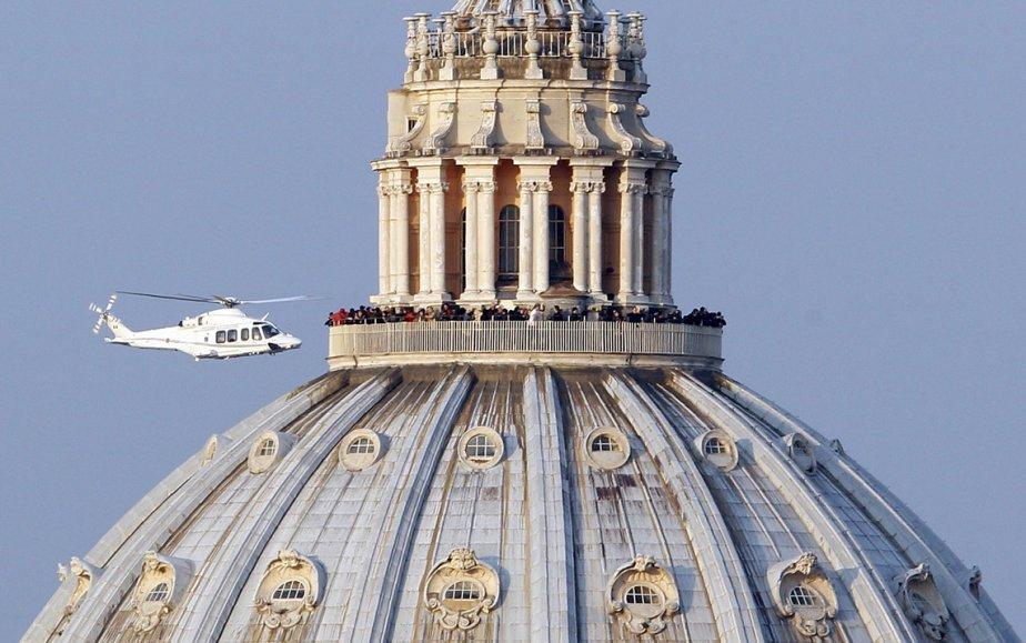 Un hélicoptère transporte le pape Benoît XVI vers Castelgandolfo après qu'il eut définitivement renoncé au pontificat. | 1 mars 2013