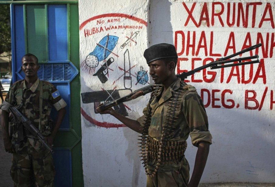 Des soldats de l'Armée nationale de Somalie patrouillent dans une rue de la ville de Buur-Hakba, reprise au groupe extrémiste Al Shabaab, affilié à Al-Qaïda. | 1 mars 2013