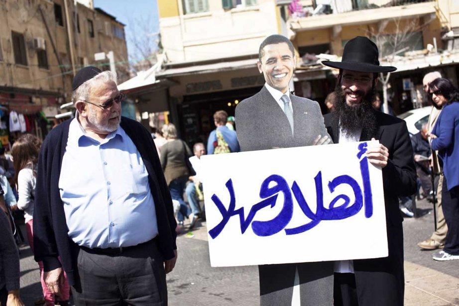 Un juif ultra-orthodoxe tient une réplique cartonnée de... (PHOTO NIR ELIAS, REUTERS)