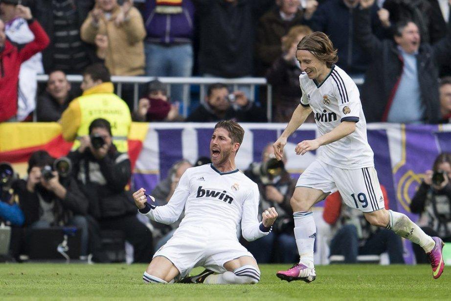 Sergio Ramos (à gauche) célèbratesson but avec Luka... (PHOTO DANI POZO, AFP)