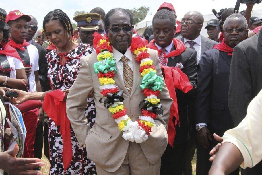 Robert Mugabe (au centre)célébrait ses 89 ans samedi.... (Photo Tsvangirayi Mukwazhi, AP)