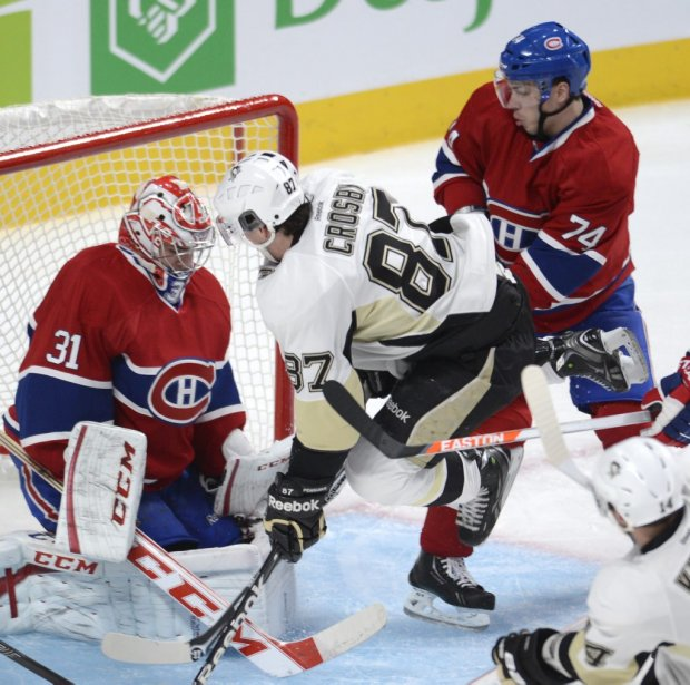 Sidney Crosby (87) saute devant le filet de Carey Price (31). | 2 mars 2013