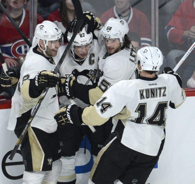 Pascal Dupuis (9), Kristopher Letang (58) et Chris Kunitz (14) se réjouissent du but de Sidney Crosby (87). (PHOTO BERNARD BRAULT, LA PRESSE)