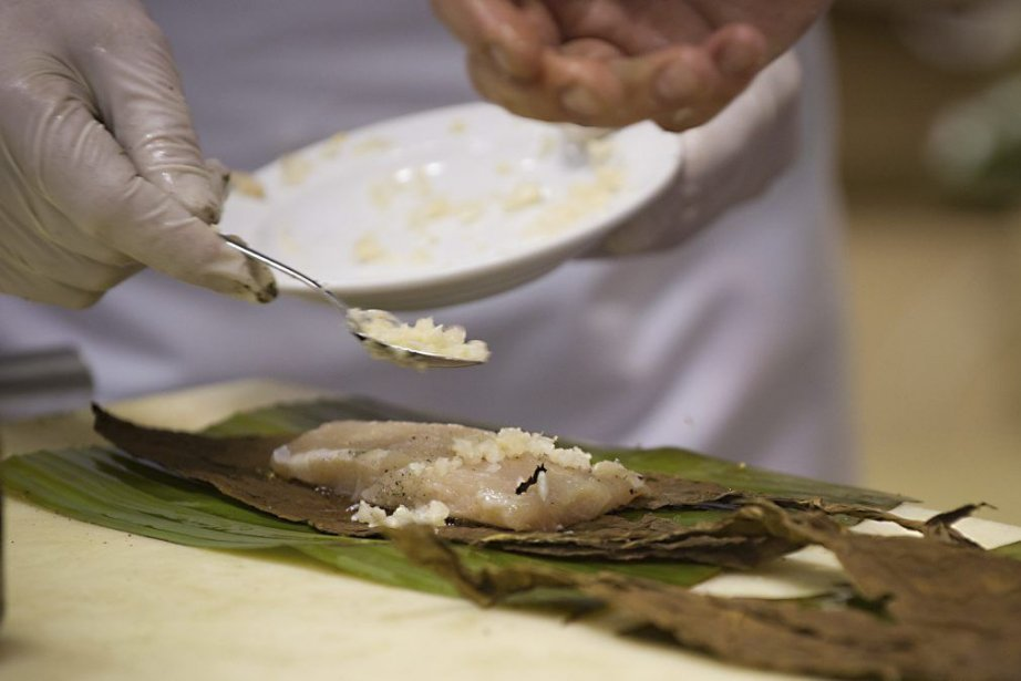 Le chef croate Grgur Baksic prépare un poisson... (Photo AFP)