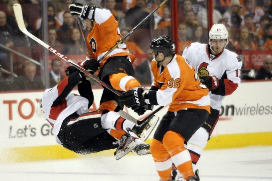 L'attaquantHarry Zolnierczyk, des Flyers, est entré en collision... (Photo Michael Perez, AP)