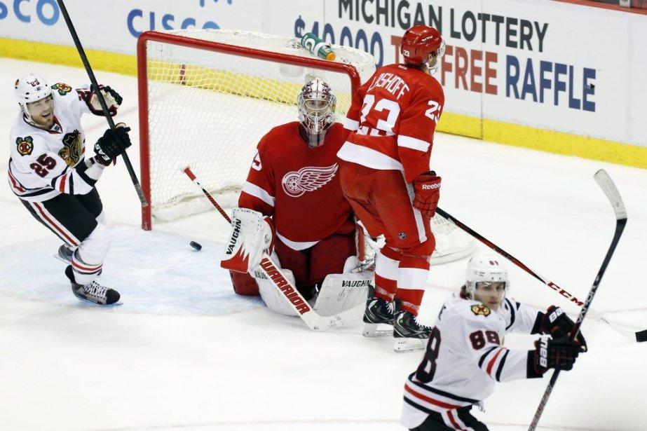 Les Blackhawksont battu les Red Wings de Detroit... (Photo Duane Burleson, AP)