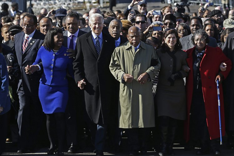 Joe Biden était accompagné de plusieurs figures des... (Photo: AP)