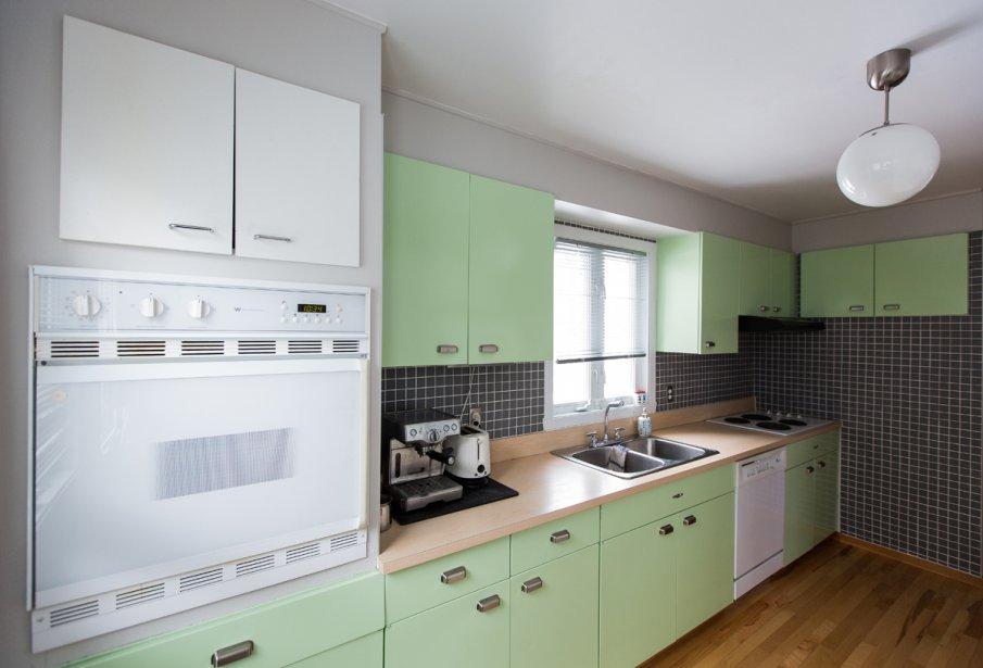 Dans la cuisine, les armoires d'origine ont été conservées.... | 2013-03-04 00:00:00.000
