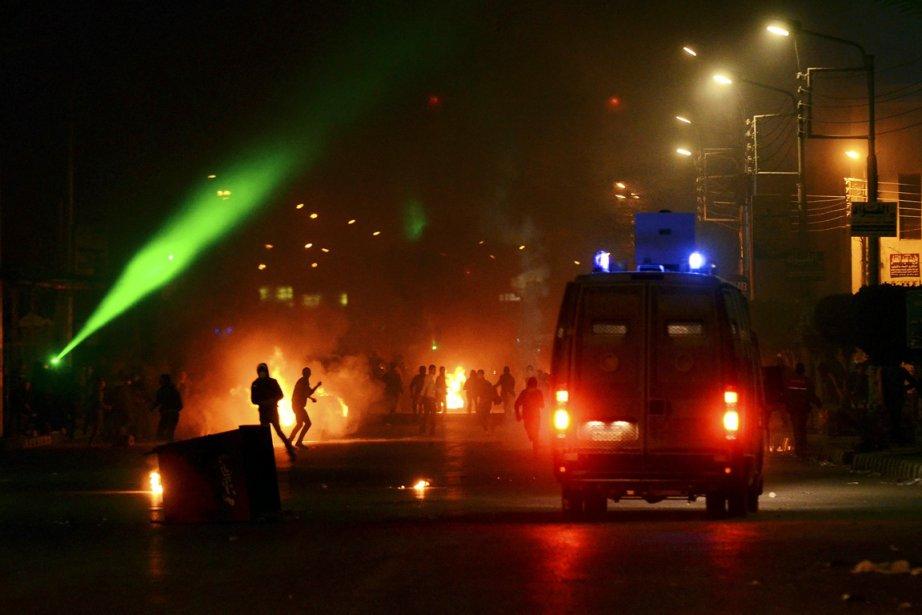 Des violences nocturnes ont fait au moins cinq... (PHOTO MOSTAFA DARWISH, AP)