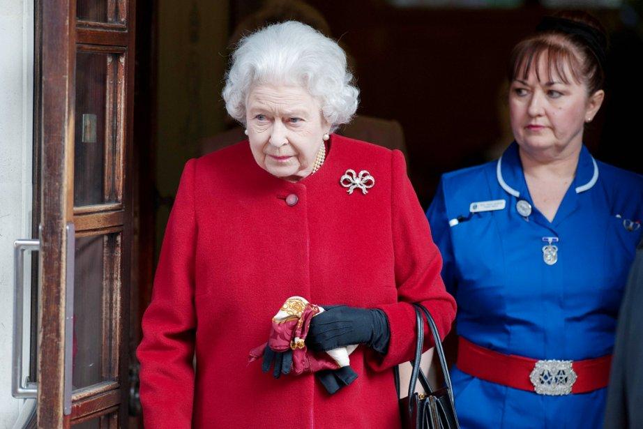 Vêtue de rouge, la reine est sortie à... (PHOTO WILL OLIVER, AFP)