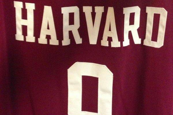 Le maillot de Laurent Rivard, joueur de basketball... (Photo Harvard)