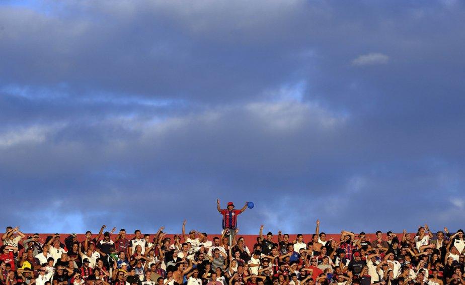 Les partisans de San Lorenzo encouragent leur équipe lors du match de première division argentine contre River Plate, au stade Nuevo gasometro à Buenos Aires, en Argentine. | 4 mars 2013