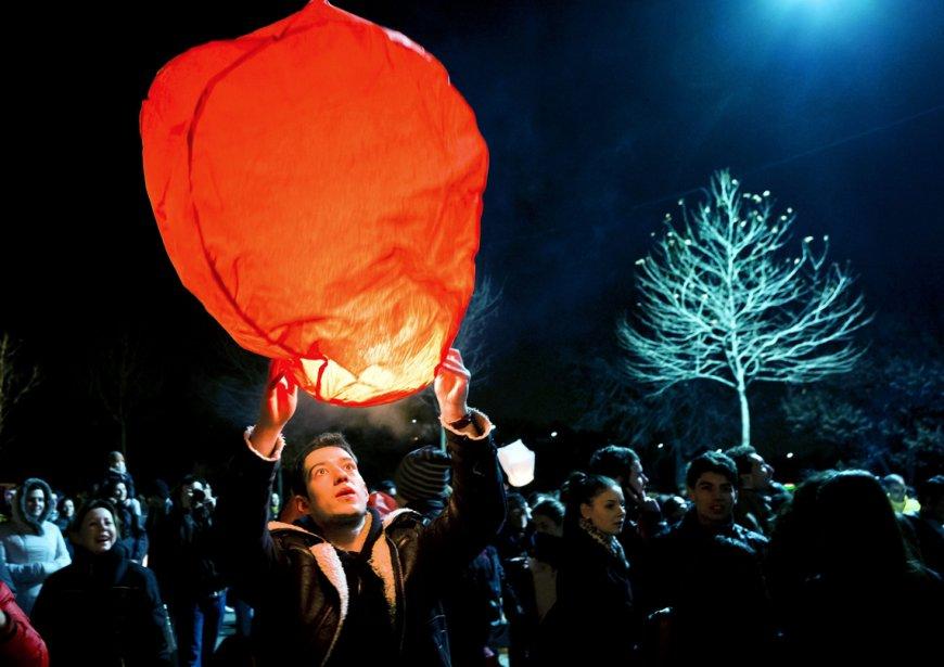 Des Roumains lancent des lampions chinois à Bucarest, en Roumanie, lors d'une célébration pour le début du printemps. | 4 mars 2013