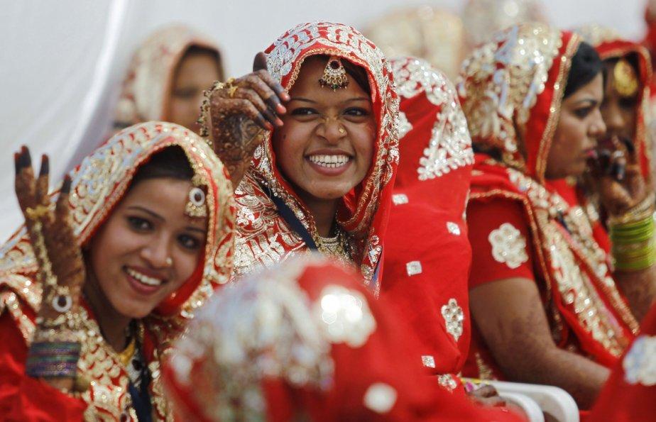 Des femmes indiennes attendent le début des rituels de mariage dans la ville d'Ahmedabad, où 162 couples musulmans se sont mariés. | 4 mars 2013