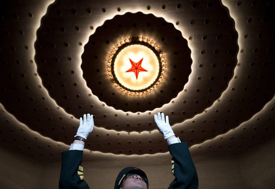 Un conducteur de fanfare militaire se prépare pour la séance d'ouverture de la Conférence consultative politique du peuple chinois (CCPPC), au Palais de l'Assemblée du Peuple à Pékin. | 4 mars 2013
