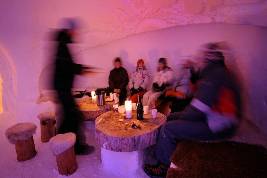 Dans l'igloo illuminé à la bougie, la température... (Photo: AFP)