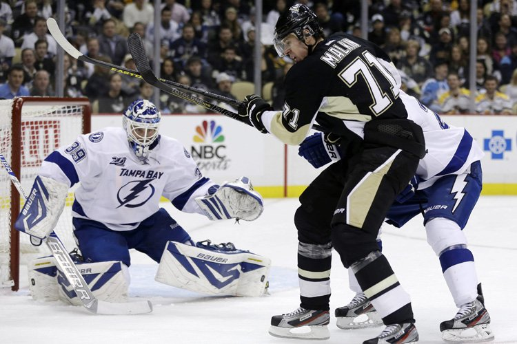 Sidney Crosby et Evgeni Malkin ont marqué à moins de deux minutes... (Photo: AP)