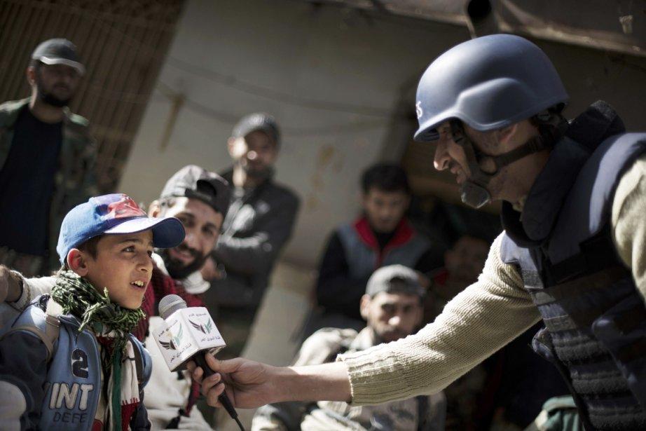 Les journalistes citoyens se sont imposés comme l'une... (PHOTO ZAC BAILLIE, AFP)