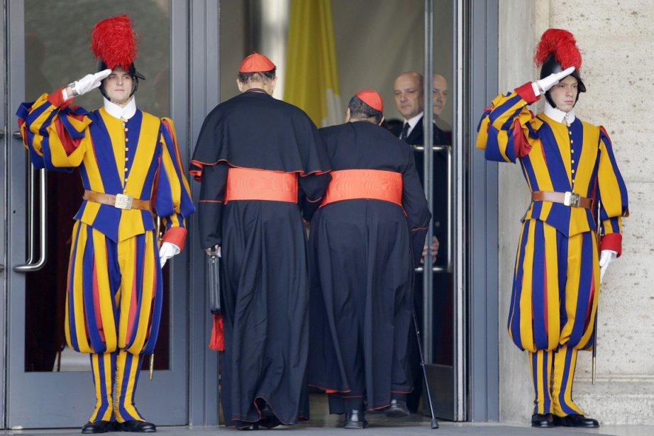 Les cardinaux arrivent au Vatican pour une seconde... (PHOTO ANDREW MEDICHINI, AP)