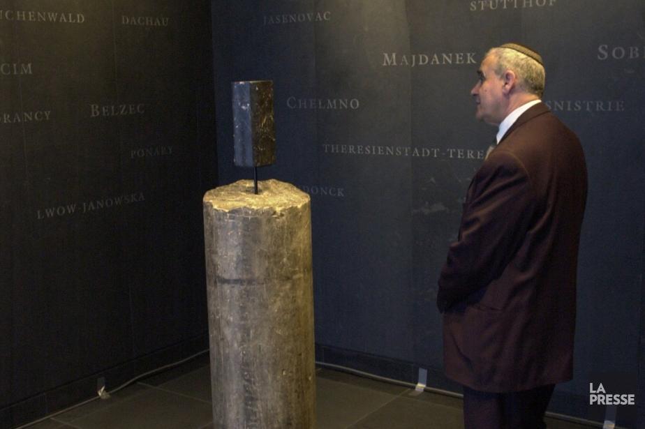 Un visiteur au Musée de l'Holocauste de Montréal.... (Photo Robert Skinner, archives La Presse)