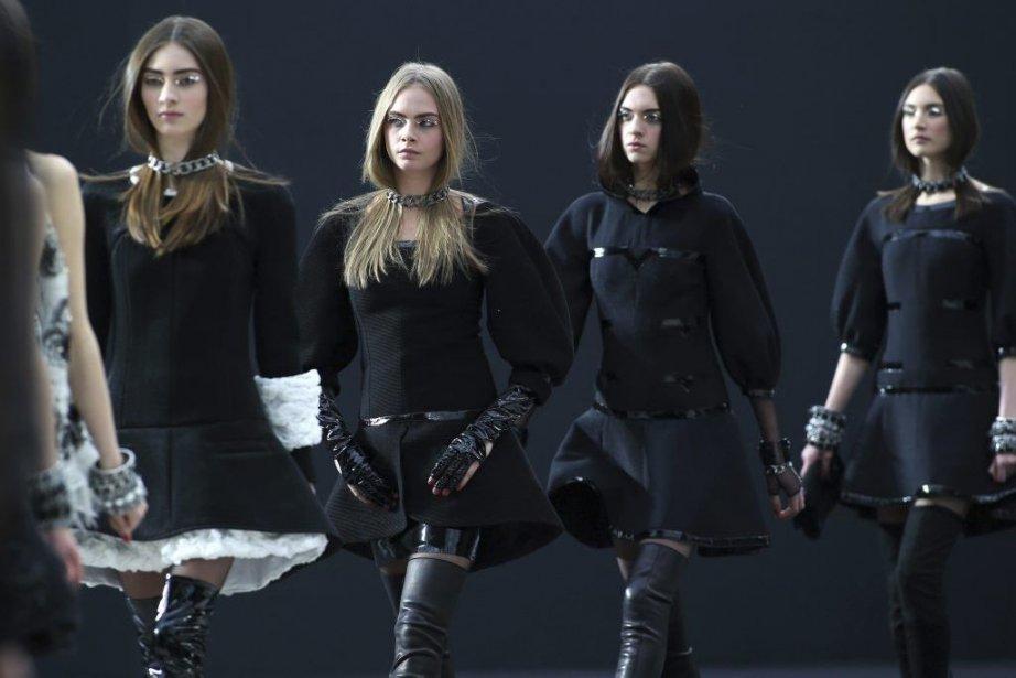 Des mannequins portent les vêtements que le designer... (Photo Thibault Camus, Associated Press)
