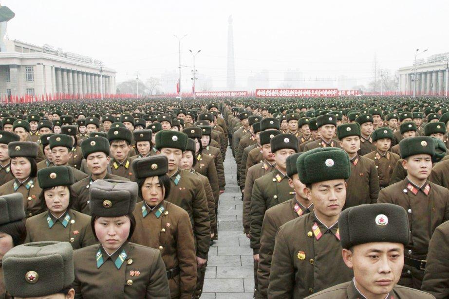 Des soldats et officiers de l'armée nord-coréenne sont... (PHOTO JON CHOL JIN, ARCHIVES AP)