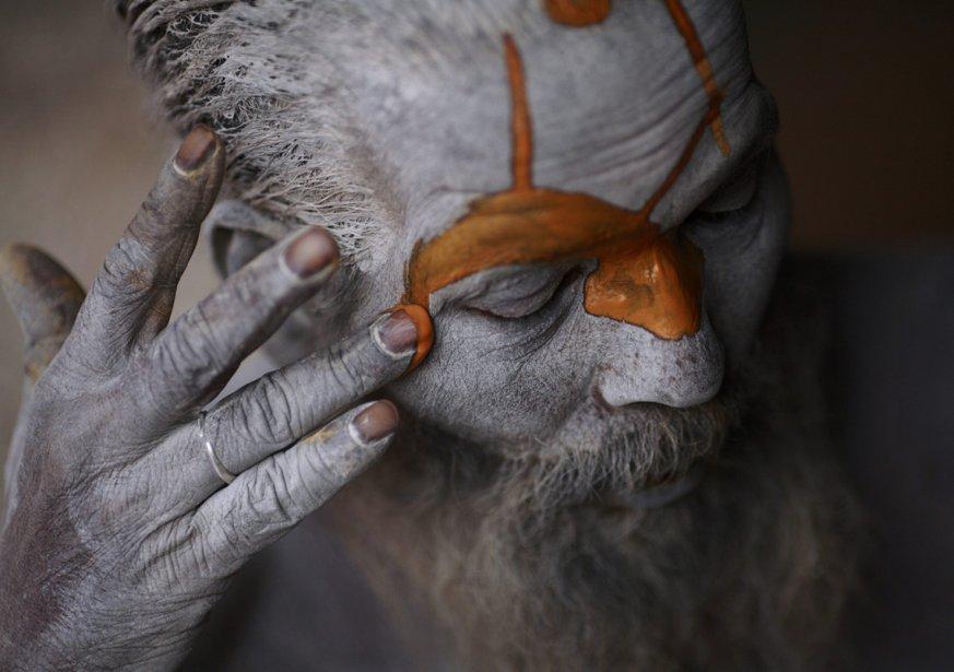 Au temple Pashupatinath, à Katmandou, un sadhu se peint le... | 2013-03-05 00:00:00.000