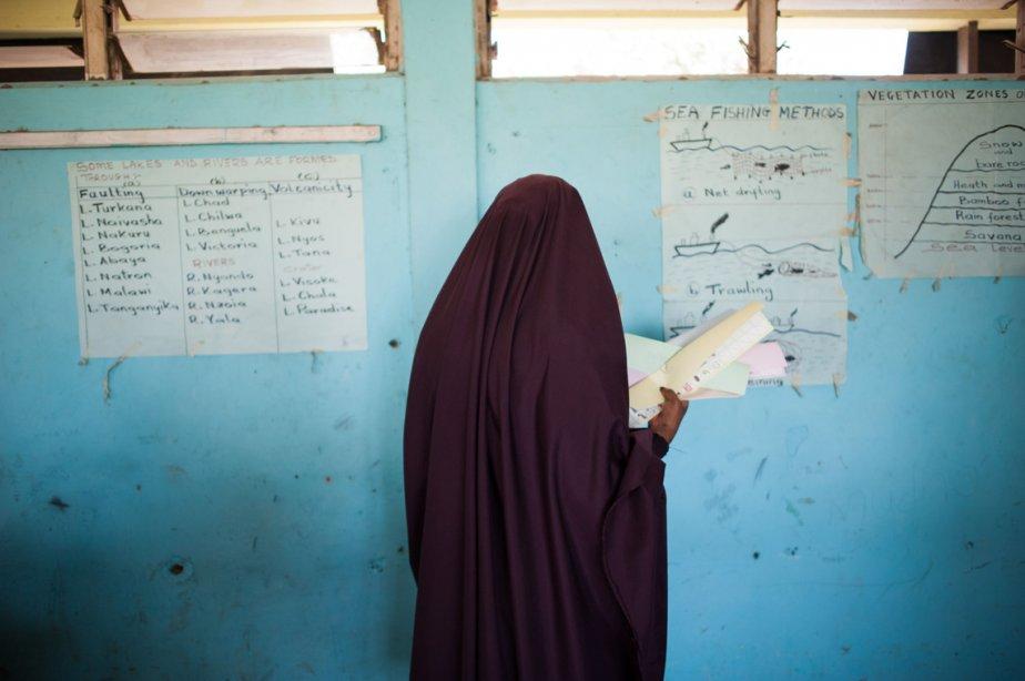 Une Somalo-kényane avec son bulletin de scrutin dans le quartier de Eastleigh de Nairobi, lors des élections présidentielles du Kenya. | 5 mars 2013