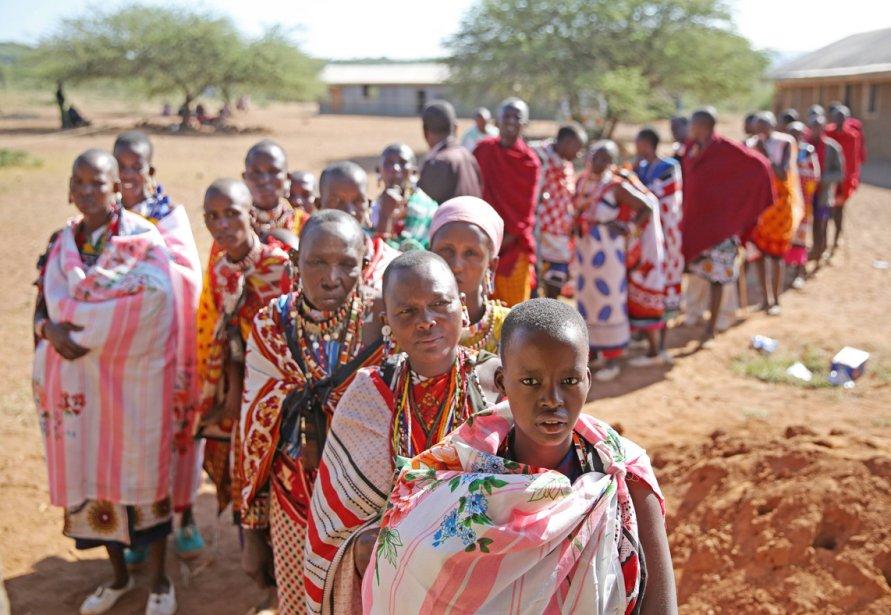 Des Kenyans dont la file pour voter lors de l'élection présidentielle et législative du Kenya, dans la ville de Magadi, à une centaine de kilomètres de Nairobi. | 5 mars 2013