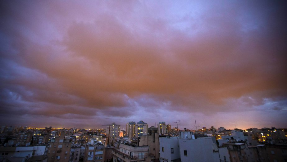 Un nuage de sable au-dessus de la ville méditerranéenne, de Netanya, en Israël. | 5 mars 2013
