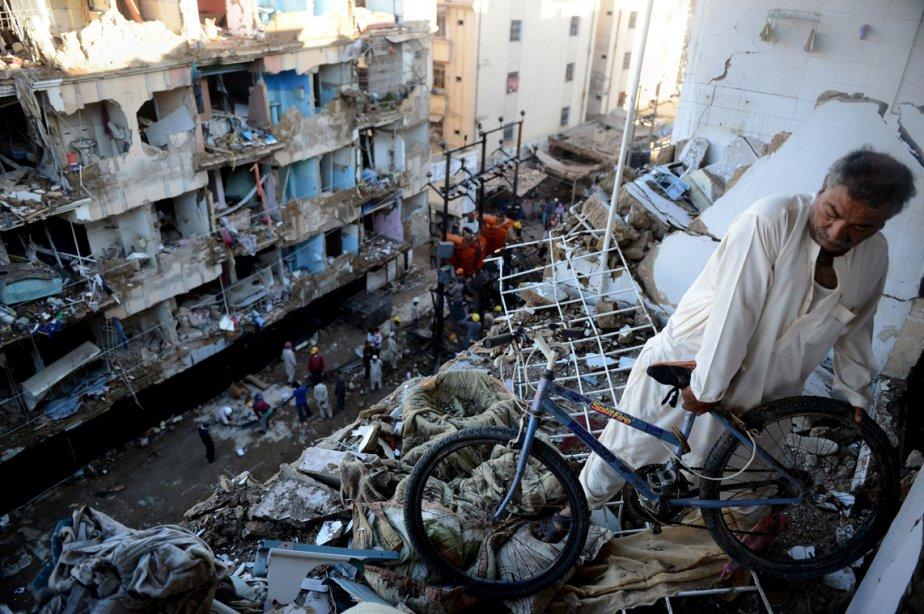 Un Pakistanais récupère sa bicyclette dans sa maison en ruine après un attentat à Karachi. | 5 mars 2013