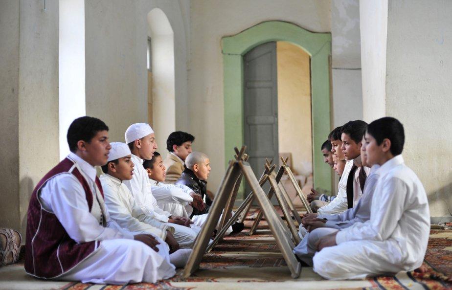 Des jeunes libyens s'assoient pour mémoriser le Coran dans une école de Benghazi. | 5 mars 2013