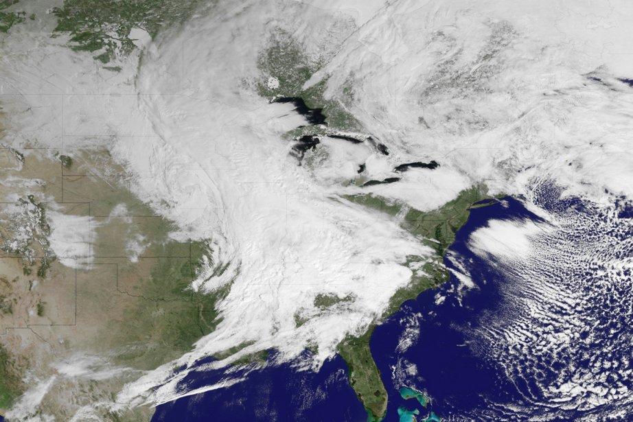 La tempête, accompagnée de vents violents, se déplaçait... (IMAGE REUTERS/NOAA)