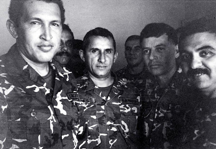Le président vénézuélien Hugo Chavez (à gauche) emprisonné après avoir été arrêté pour une tentative de Coup d'État en 1992. | 5 mars 2013
