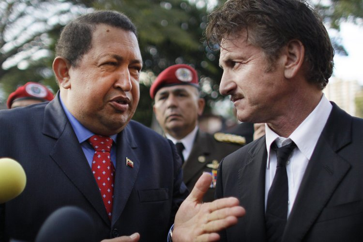 Hugo Chavez et l'acteur Sean Penn à Caracas... (Photo: AP)