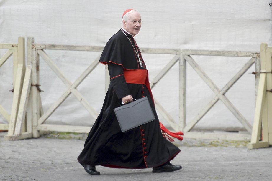 Le cardinal Marc Ouellet traverse la place Saint-Pierre... (PHOTO FILIPPO MONTEFORTE, AFP)