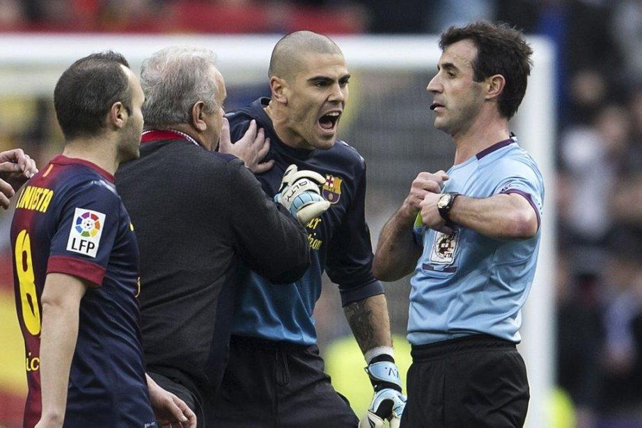 Victor Valdes (au centre) conteste une décision de... (Photo Dani Pozo, Agence France-Presse)