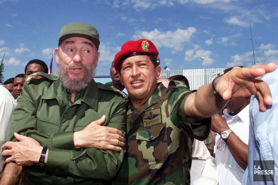 Fidel Castro (à gauche) en compagnie de son... (PHOTO JOSE GOITIA, ARCHIVES AP)