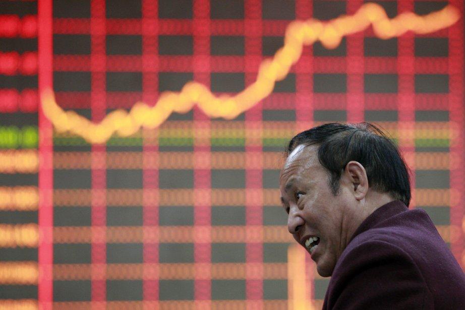 Un homme réagit aux marchés financiers dans une...