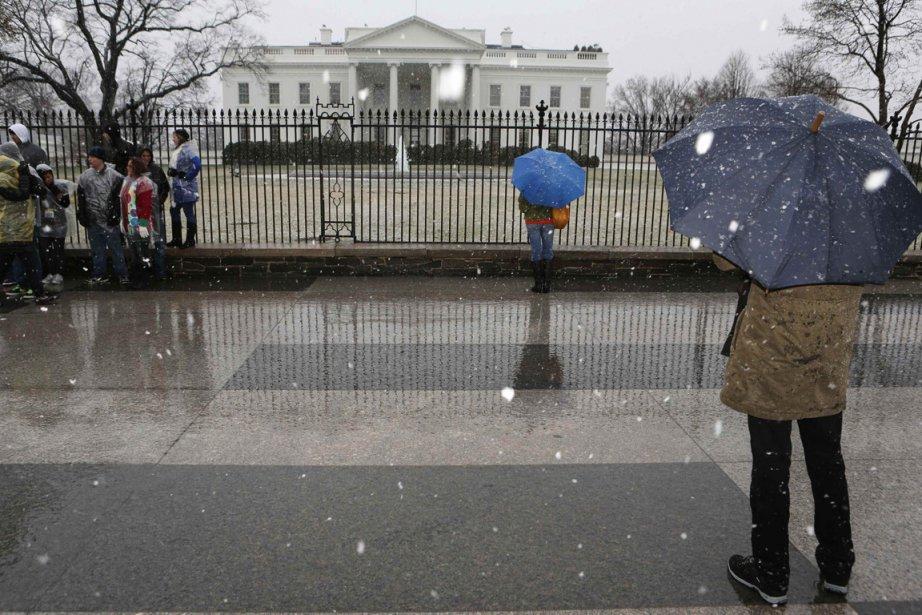 Des visiteurs postés devant la Maison-Blanche juste avant... (Photo Larry Downing, Reuters)