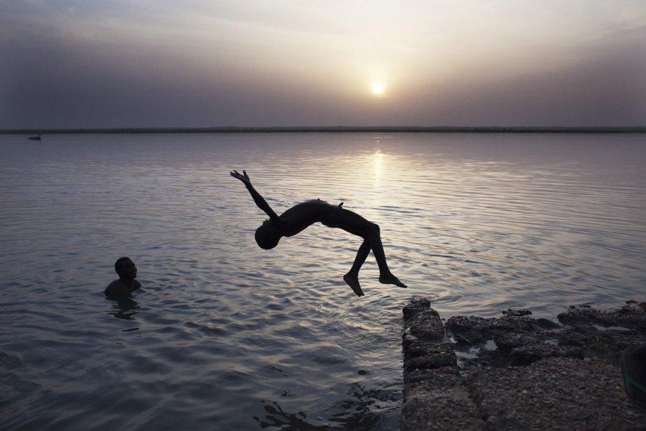 Un garçon fait un saut dans la rivière Niger, à Gao au Mali. | 6 mars 2013