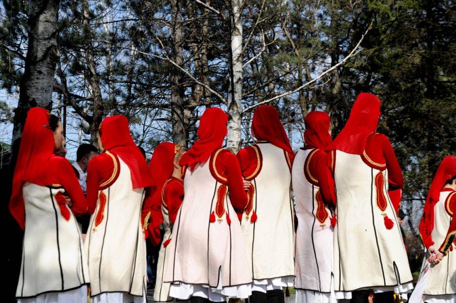 Les membres du groupe folklorique Kosovar participent à une cérémonie à Pristina, marquant le 15ème anniversaire de l'assassinat du commandant de l'Armée de libération du Kosovo (UCK), Adem Jashari. | 6 mars 2013