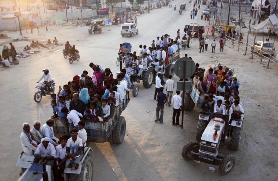 Des dévots hindous reviennent  du bain sacré au confluent des rivières Ganges,  Yamuna et Saraswati, lors de la fête Maha Kumbh à Allahabad, en Inde. | 6 mars 2013