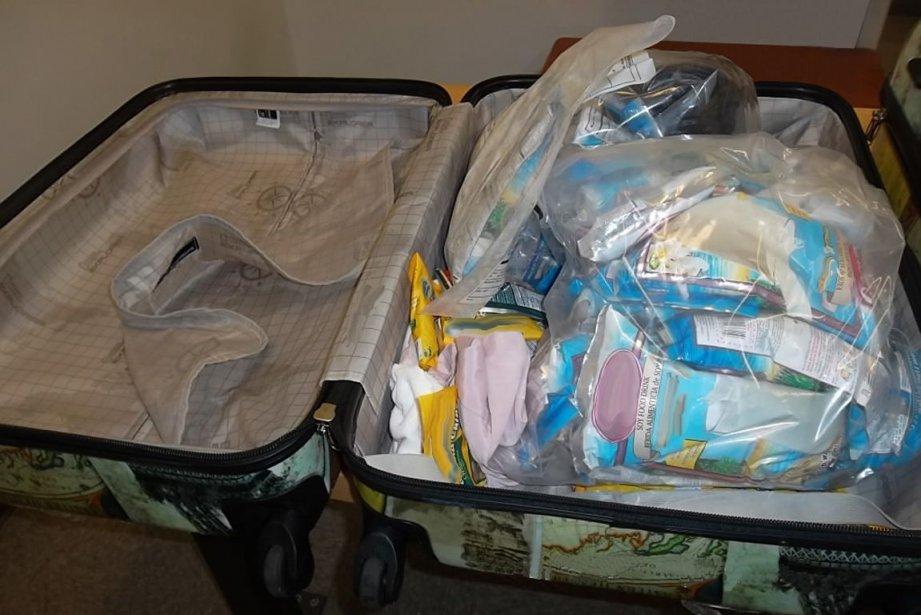 La dame transportait 63 sachets de poudre de... (Photo ASFC)