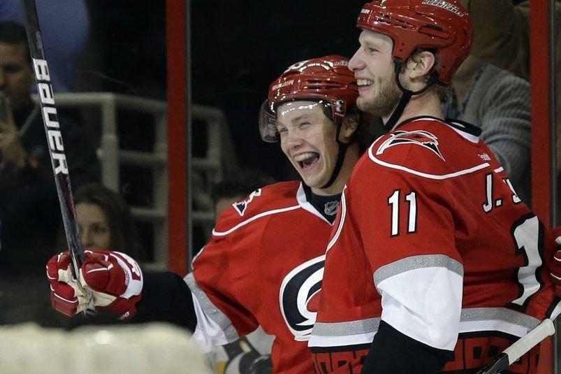 Jeff Skinner et Jordan Staal... (Photo Gerry Broome, Associated Press)