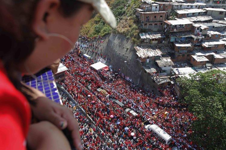 Des centaines de milliers de Vénézuéliens se sont pressés... (Photo: Reuters)