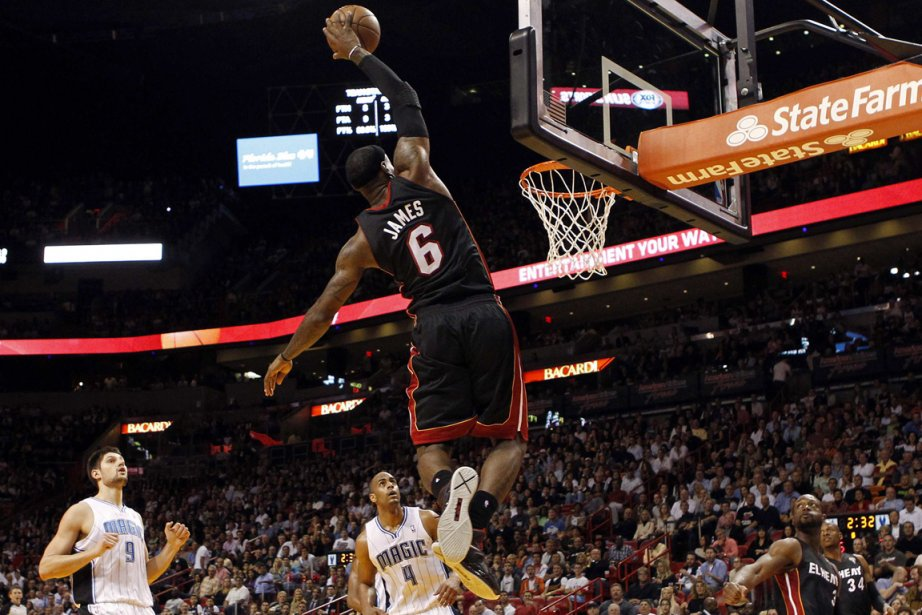 LeBron James (6) a inscrit 26 points dans... (Photo Robert Sullivan, Reuters)